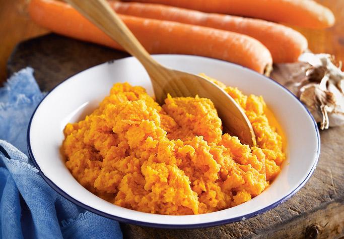CRACKERS_ZANAHORIA1. Pela y ralla las zanahorias