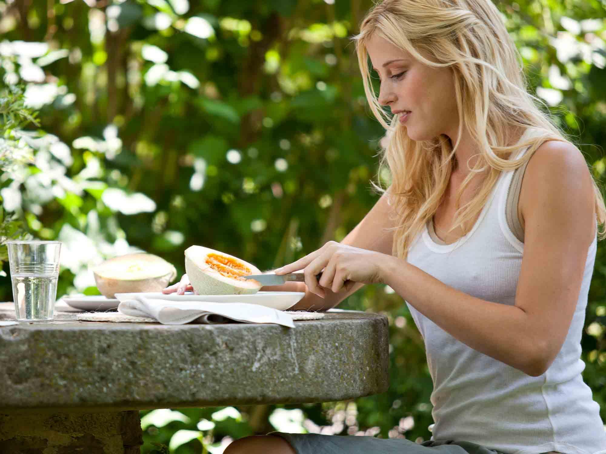 Cómo y cuándo comer fruta - Blog Salud Natural. Evitar los elementos de distracción en la mesa