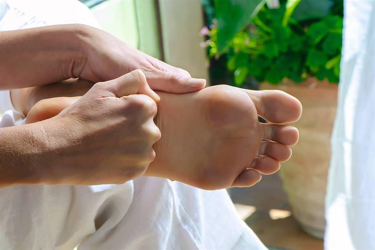 """Resultado de imagen de masaje de pies con los puños"""""""
