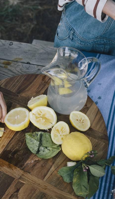 Beneficios de tomar agua tibia con limon para adelgazar