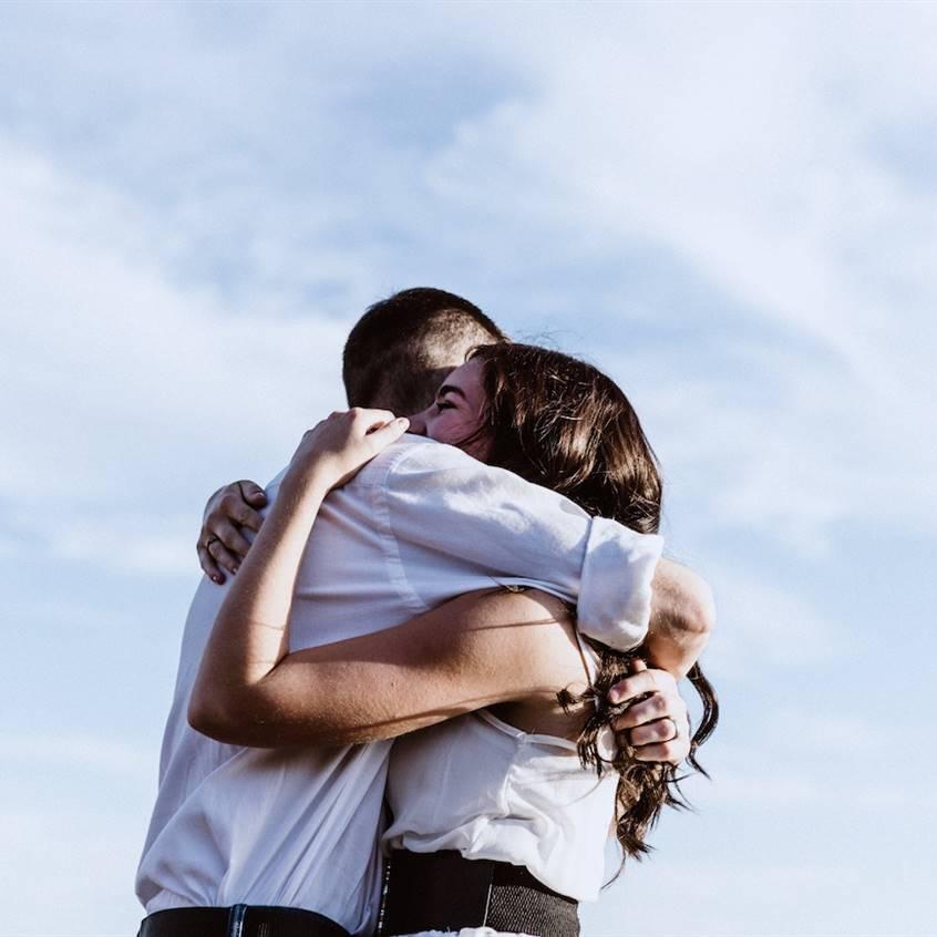 Abrazar para ser felices: más oxitocina, menos testosterona