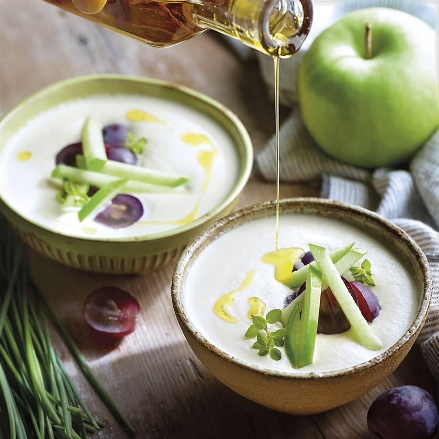 Ajoblanco con uvas y manzana