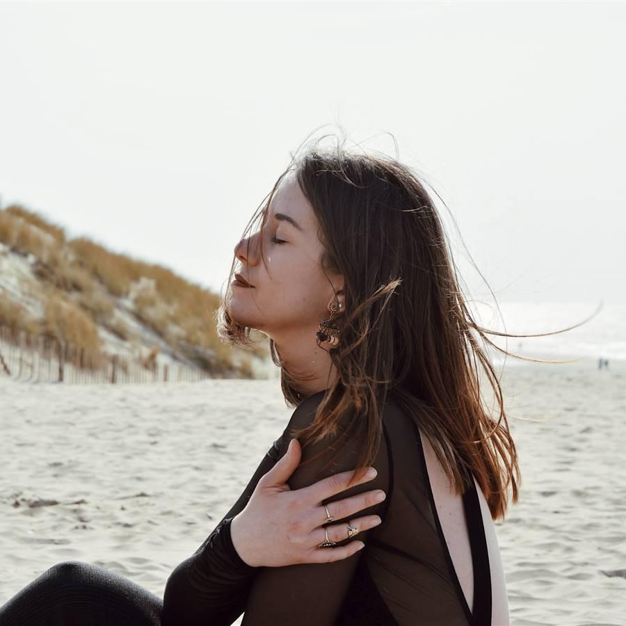 Mujer respirando en la playa
