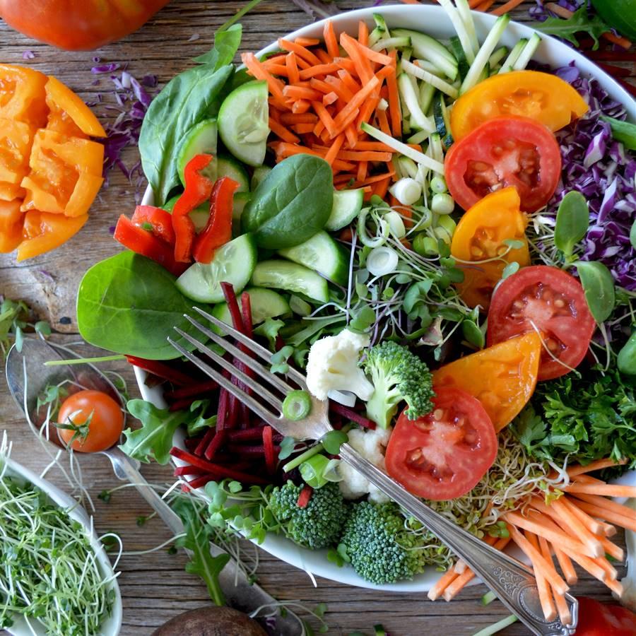 Alimentos que no deberíamos cocinar y ventajas de comer crudo
