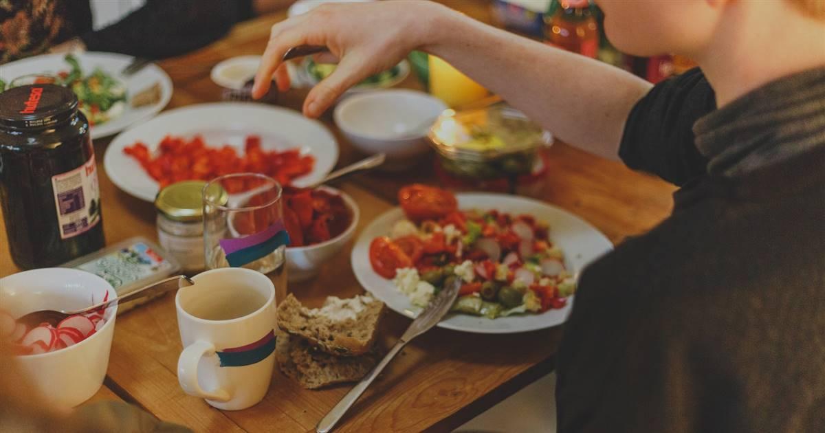 ¿Qué es la alimentación intuitiva? Ventajas y desventajas de esta no dieta