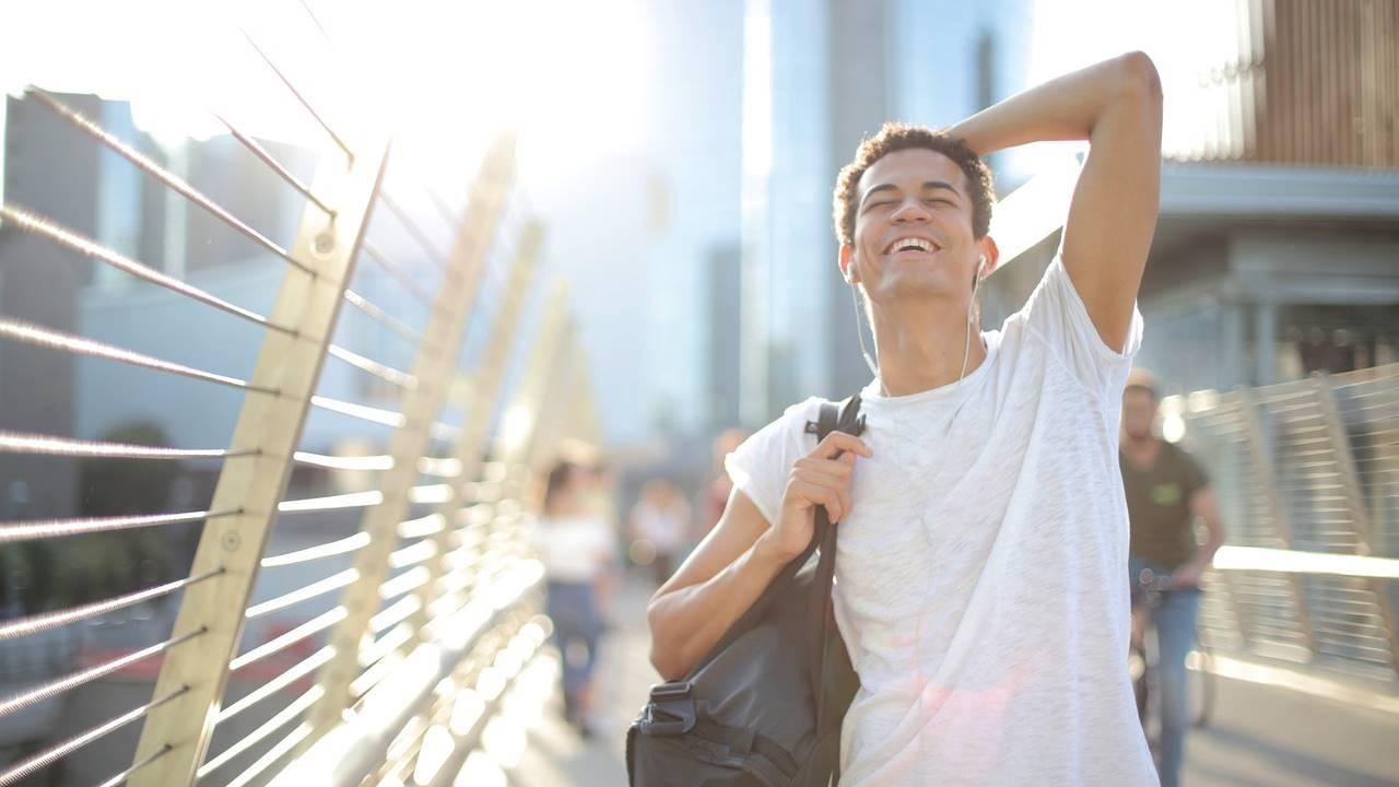 Meditación guiada para tomarte a tu mente menos en serio y cultivar la alegría