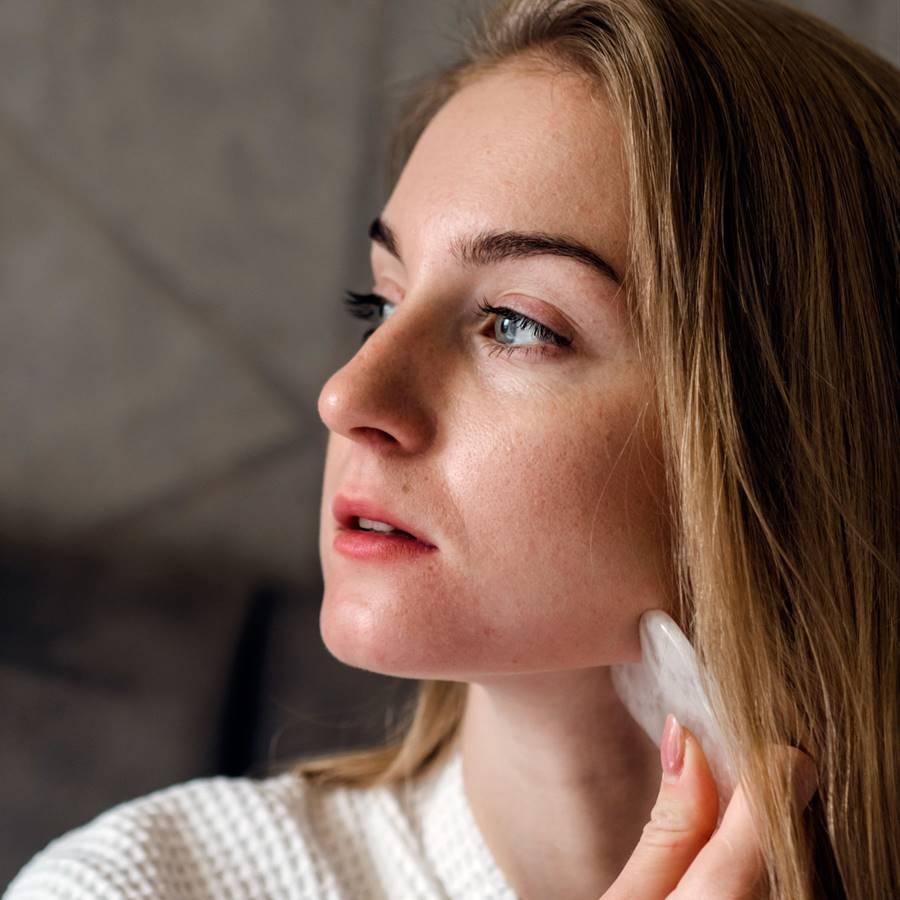 Gua sha facial: la técnica milenaria que rejuvenece la piel