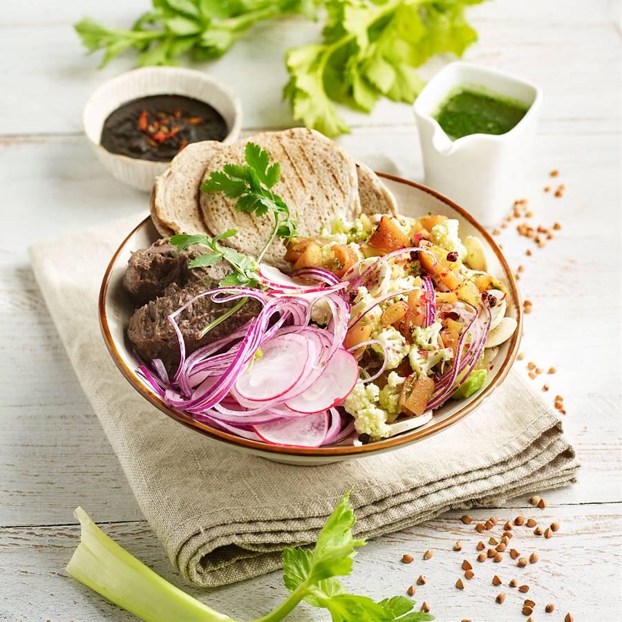Buddha bowl de frijolitos con ceviche vegetal y mole