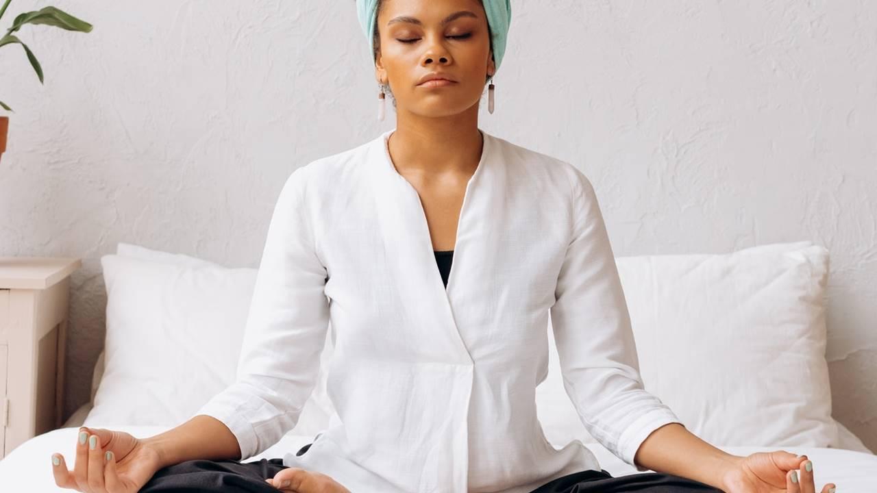 Meditación en la cama para desconectar a última hora del día y dormir mejor